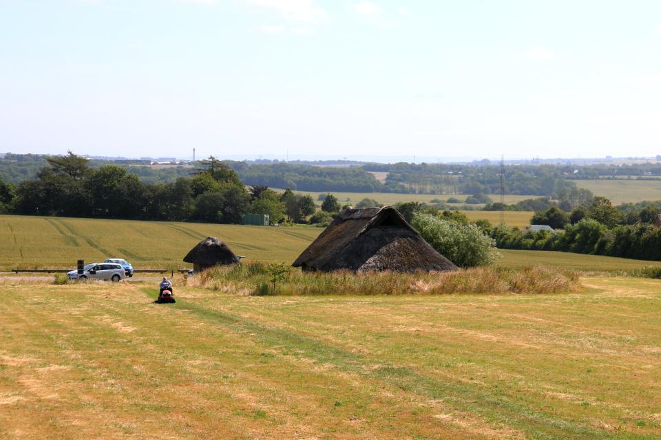 Вид с кургана Борум Эсхой / Borum Eshøj на дома бронзового века и парковку