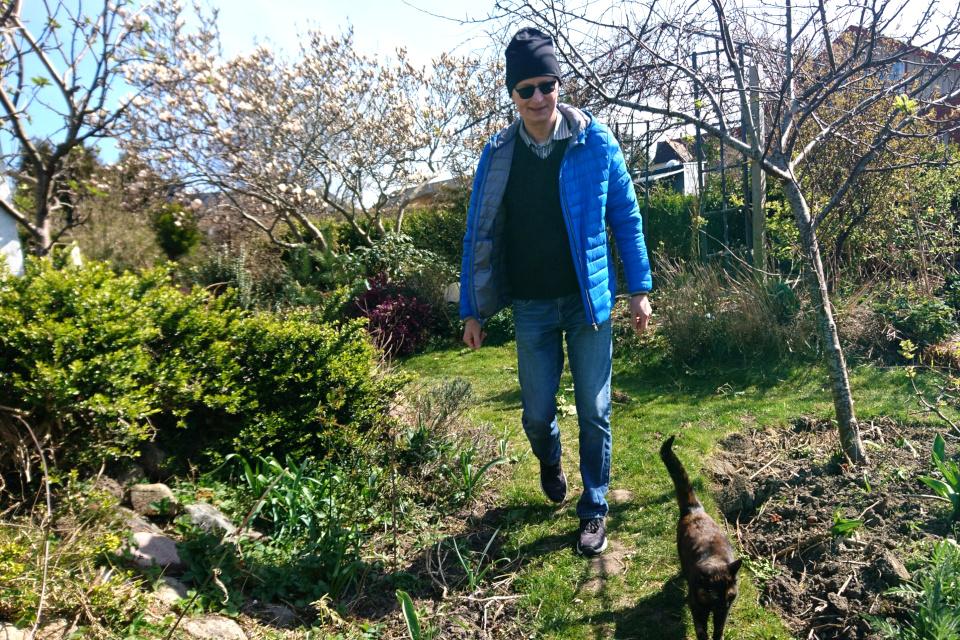 В поисках пасхальных зайцев. Петер и кошка Флора. 10 апр. 2020, мой сад, Дания