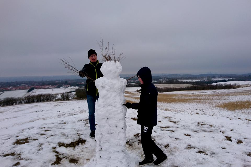 Снеговик на месте геодезического монумента, кургана Ельсхой, Дания