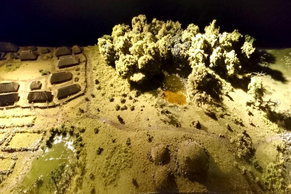 Макет поселения бронзового века с домами и курганами, Дания