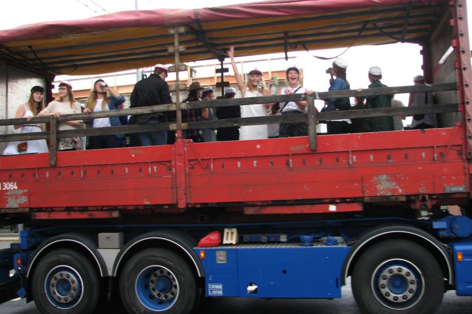 Грузовик с радостными студентами. Фото 26 июн. 2012, г. Вибю, Дания