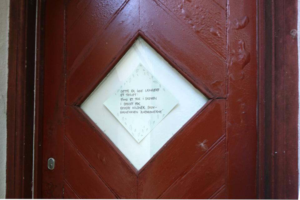 Вывеска на входной двери детского садика Анемонехусет (Anemonehuset)