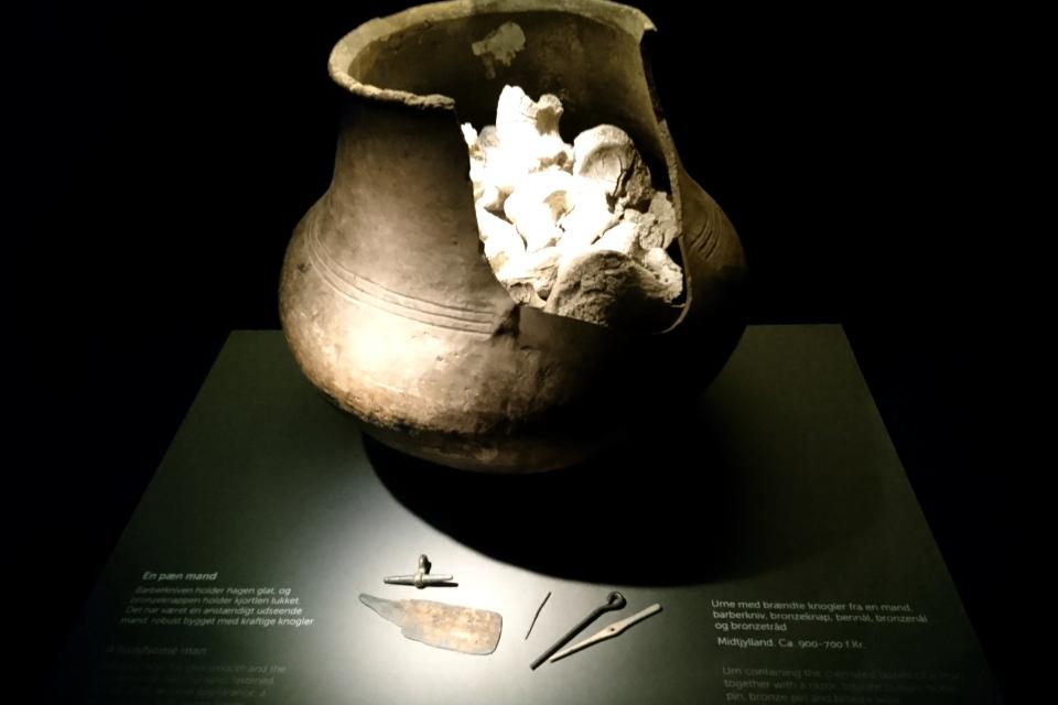 Урна из обожженной глины с сожженными костями и дарами из бронзы
