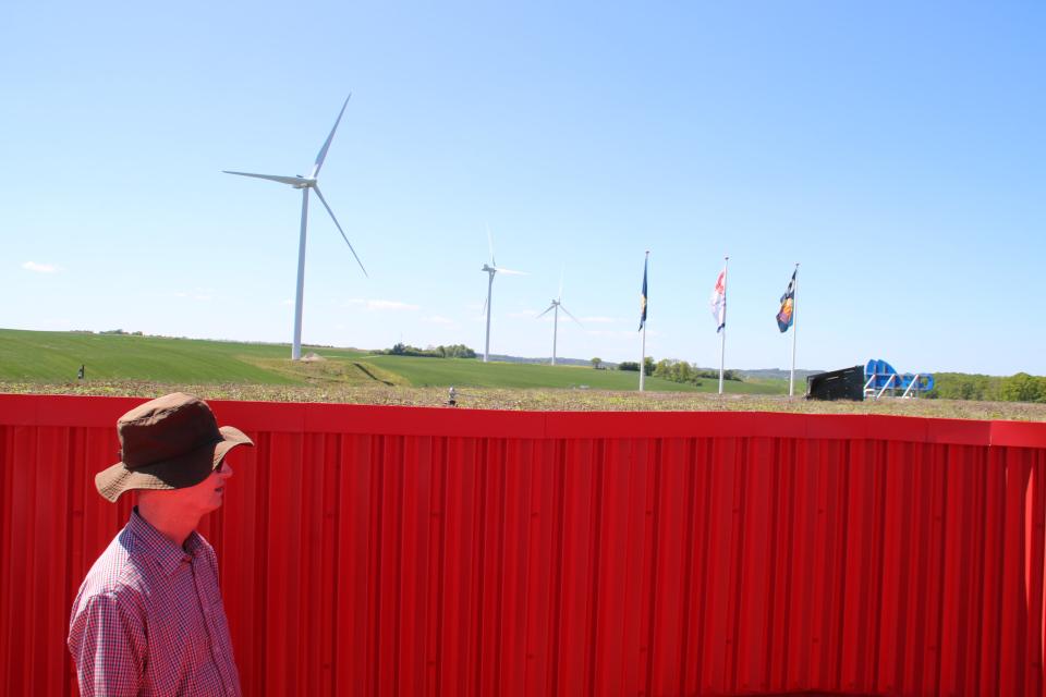 Зеленая крыша бензоколонки Лосбю /Låsby, Дания. Фото 29 мая 2020