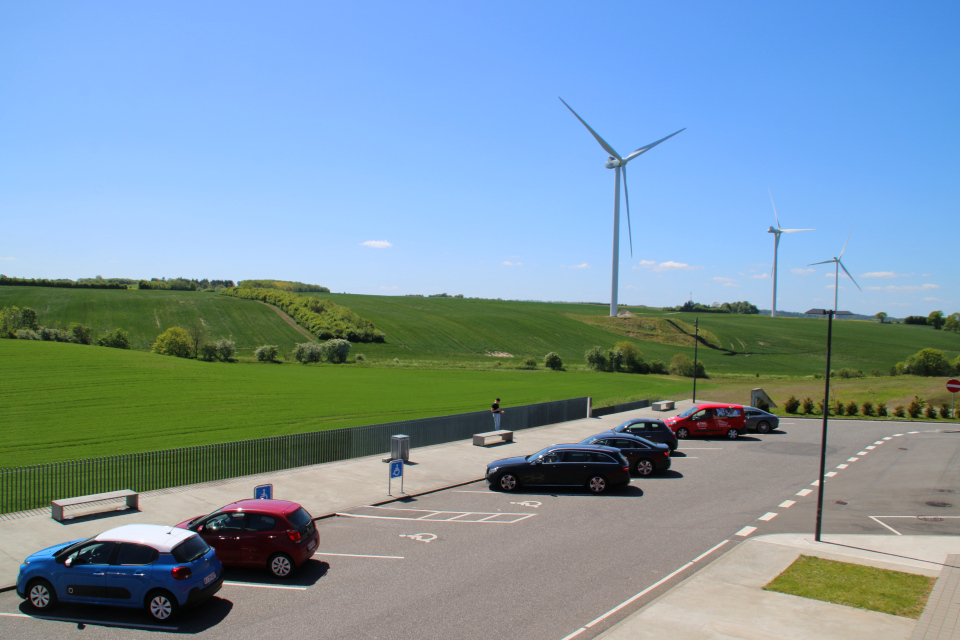 Вид с крыши на парковку. Фото 29 мая 2020, Лосбю /Låsby, Дания