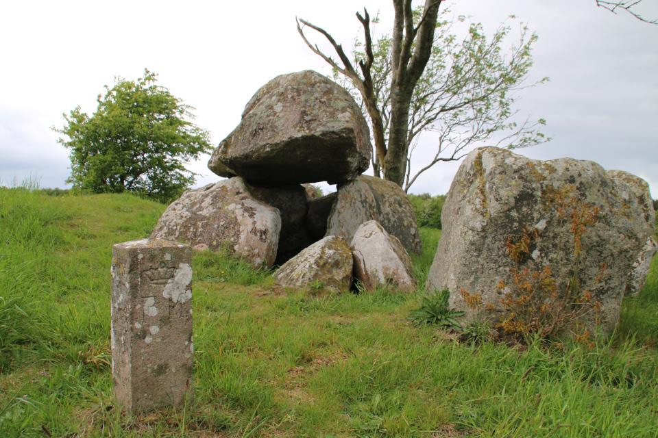 Каменный столбик FM у входа в погребальную камеру дольмена-50 кр