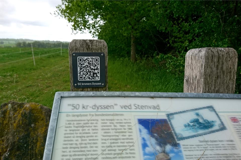 Информационный указатель про дольмен на парковке, Дания