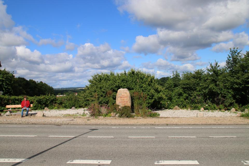 Вид на камень воссоединения с противоположной стороны дороги