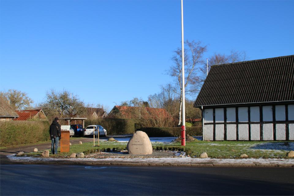 Информационный щит возле камня воссоединения Saksild