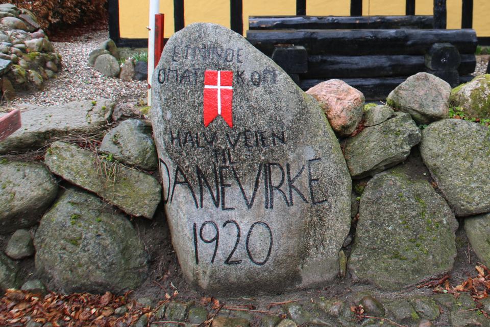 Памятный камень с флагом. Фото 28 мар. 2021, Спентруп (Spentrup), Дания