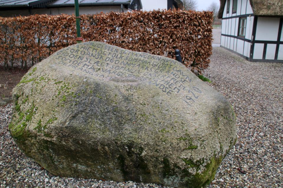 Камень воссоединения во дворе старой гостиницы Видстен (Hidsten kro)
