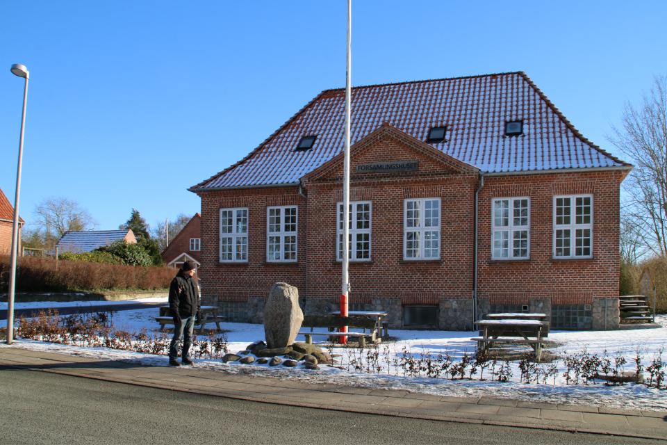 Вид с дороги на памятный камень в Лиме (Lime) / г. Мёрке (Mørke), Дания