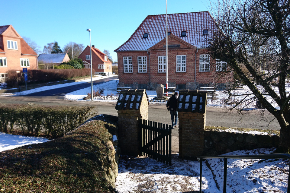 Вид с церкви на памятный камень в Лиме (Lime) / г. Мёрке (Mørke), Дания