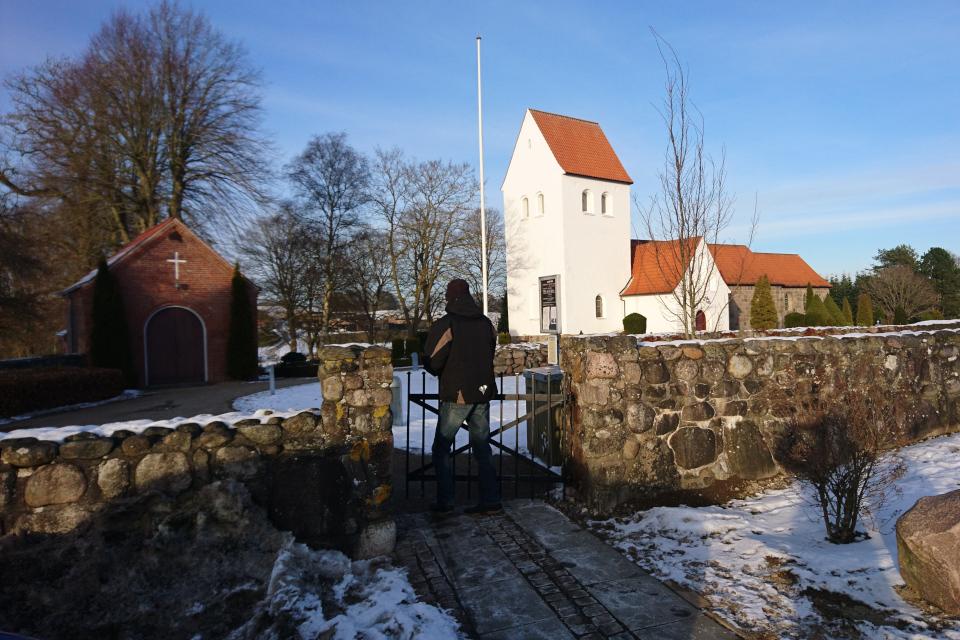 Вход на территорию церкви Ланго - камни расположены слева