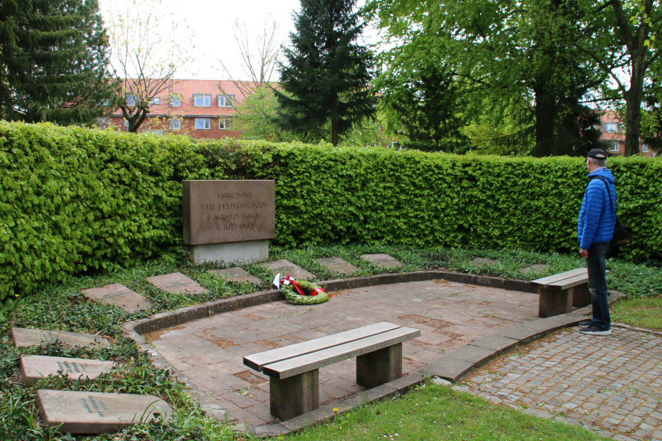 Мемориальная плита возле могил жителей Орхуса