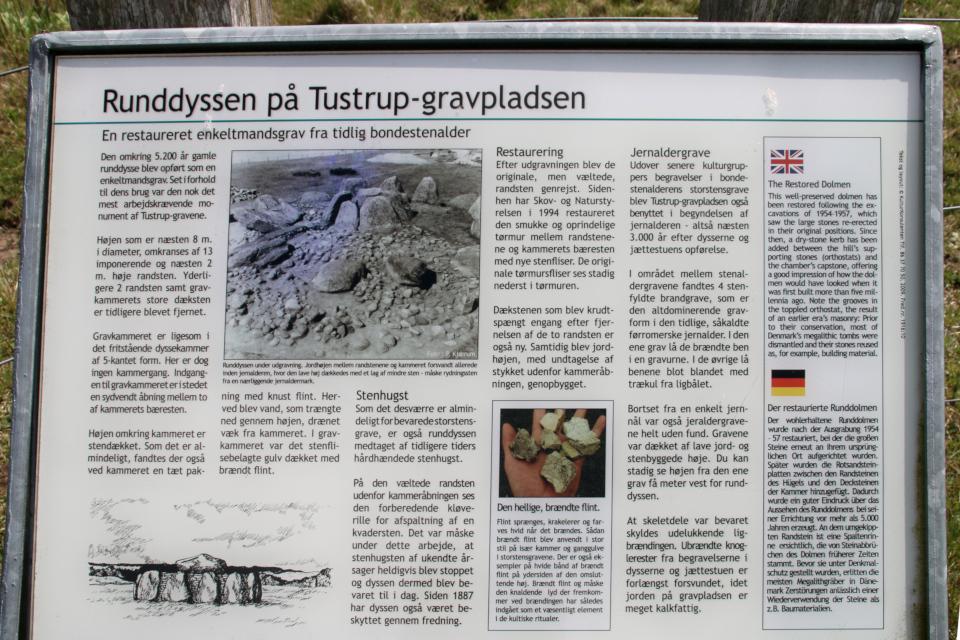 Информационный щит с фотографией дольмена с кромлехом до восстановления
