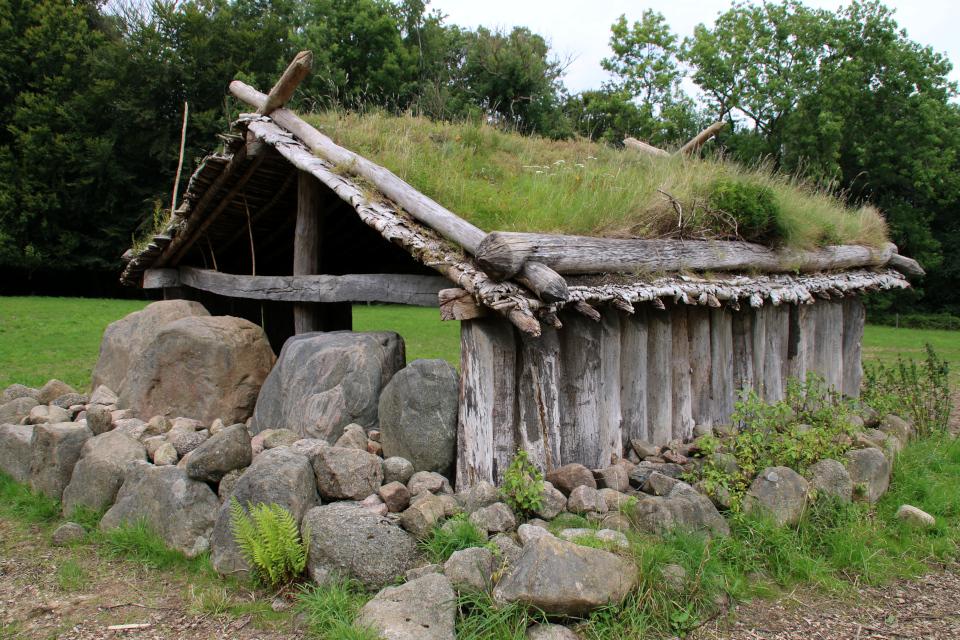 Восстановленная копия культового дома в лесу Мосгорд / Moesgaard