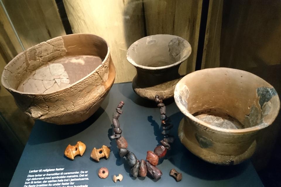 Глиняные урны культуры воронковидных кубков и символические украшения