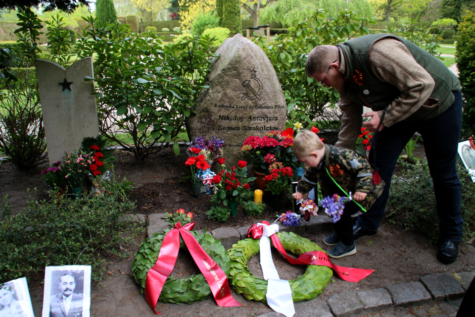 Жители Дании кладут цветы к памятнику Советских солдат, похороненных в г. Орхус