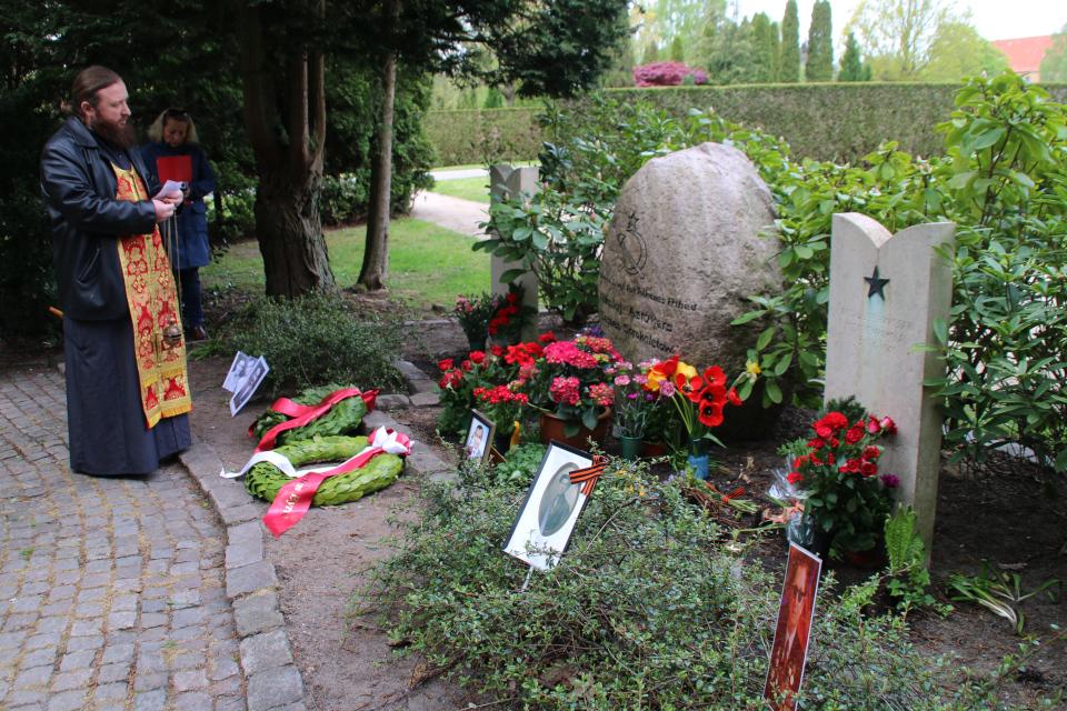 Русский священник на могиле Советских солдат