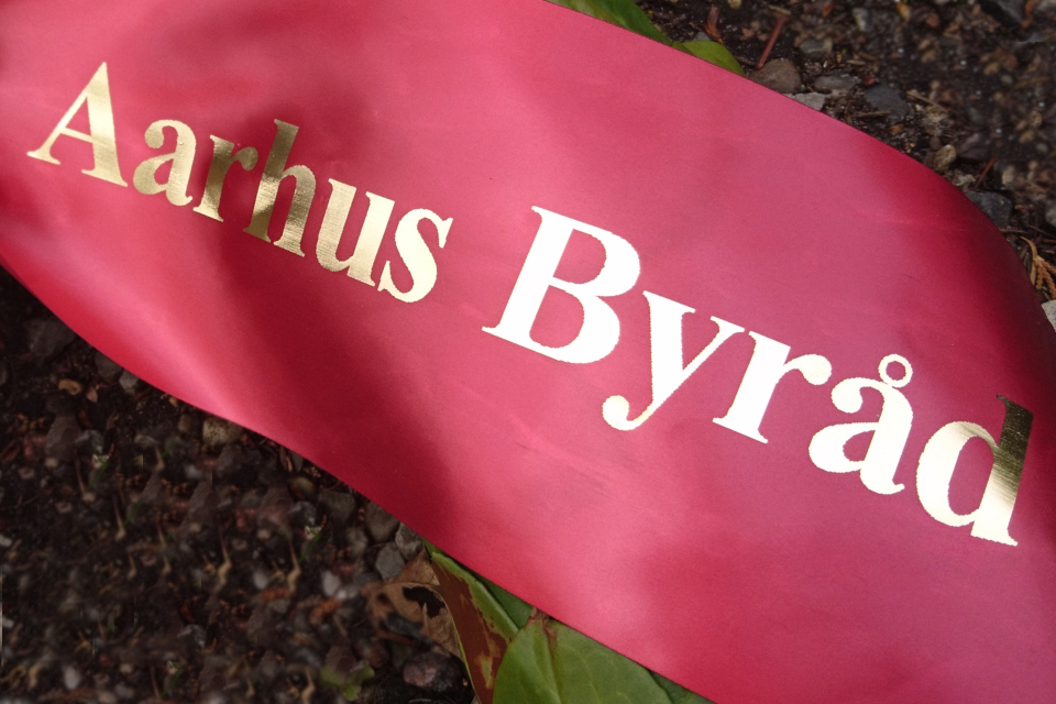 Надпись на ленте венка муниципалитета Орхус (Aarhus Byråd)