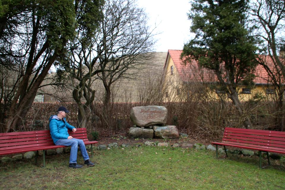 Небольшая парковая зона с памятным камнем поселения Мария Магдалина
