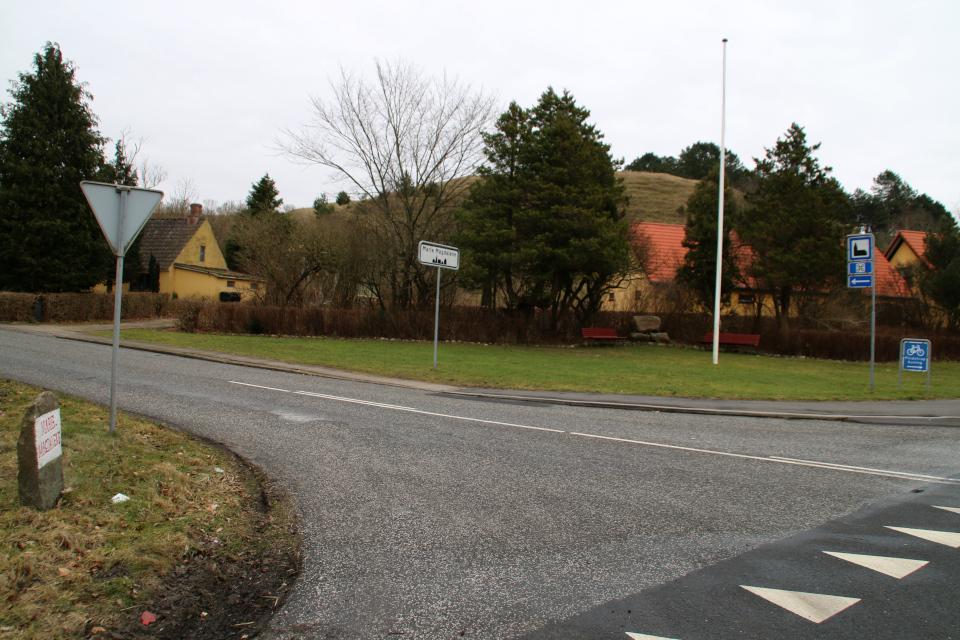 Вид с дороги на камень воссоединения на фоне холма - кам