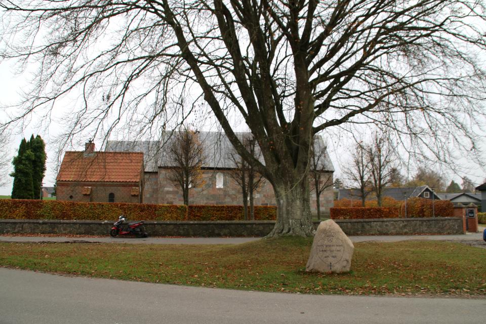 Камень воссоединения возле курганной насыпи с буком, перед церковью Хадбьерг