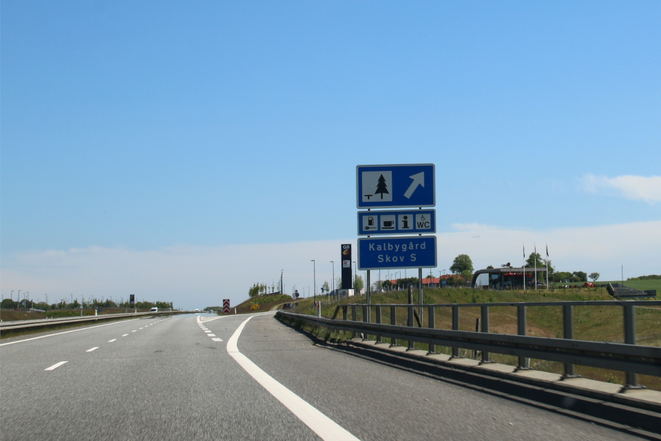 Автомагистраль возле леса Кalbygård skov у съезда к бензоколонке Лосбю, Дания