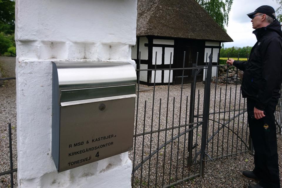 Возле калитки с почтовым ящиком у входа на территорию церкви церкви Римсё