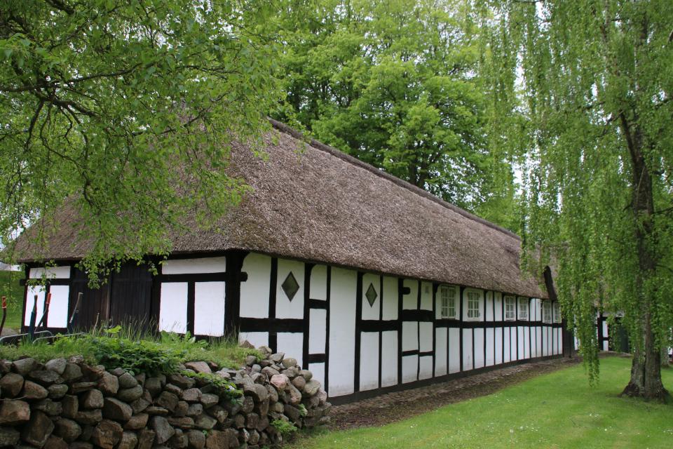 Фахверковый дом приходского священника в окружении дубов и берез