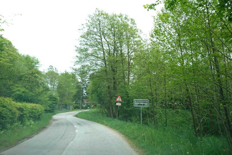 Дорожный указатель с названием города Стенвад / Stenvad, Дания