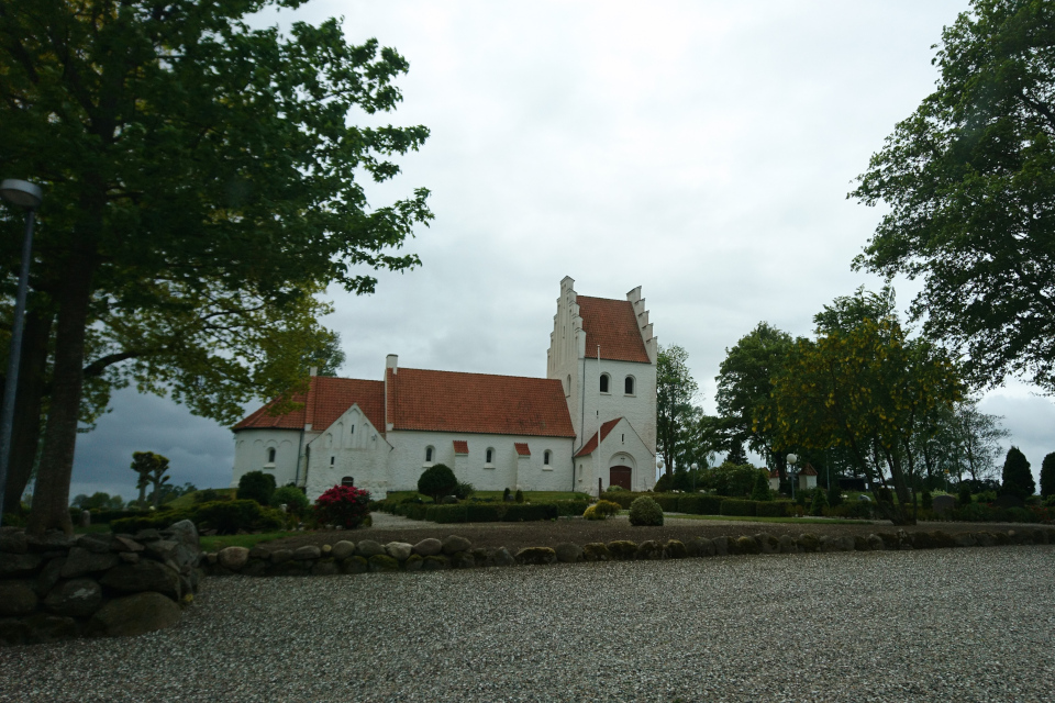 Церковь Стенвад (Stenvad Kirke) возле дороги, Дания