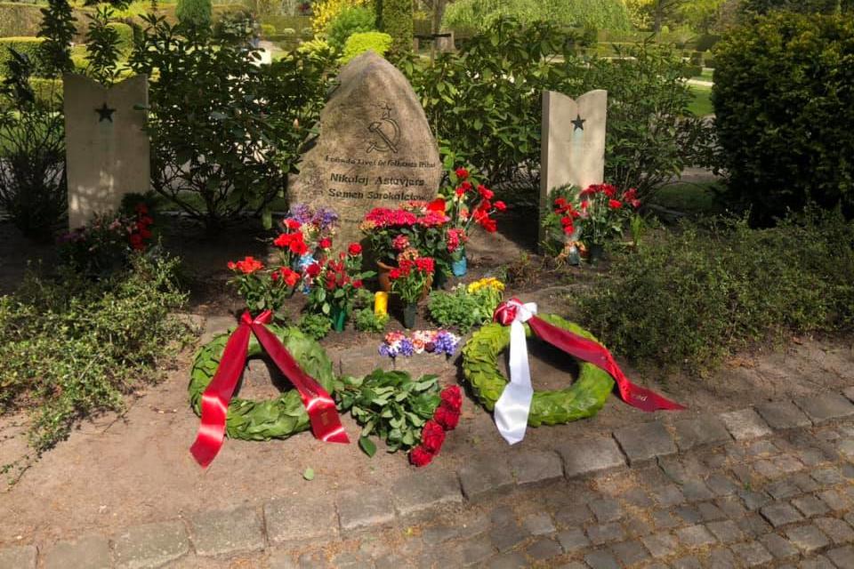Венки возле могилы от Орхусского округа коммунистической партии Дании