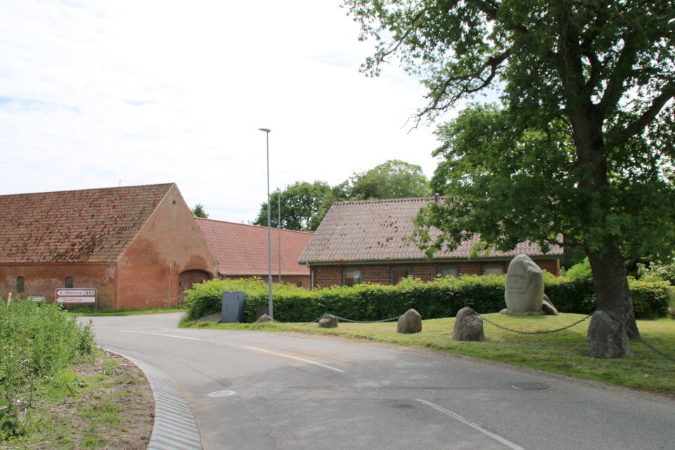 Камень воссоединения возле дороги, Ask (Маллинг / Malling), Дания