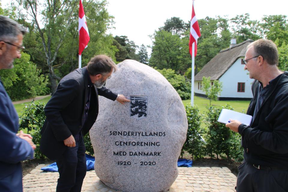 Два льва - символизирующие Шлезвиг и вымпел флага Дании