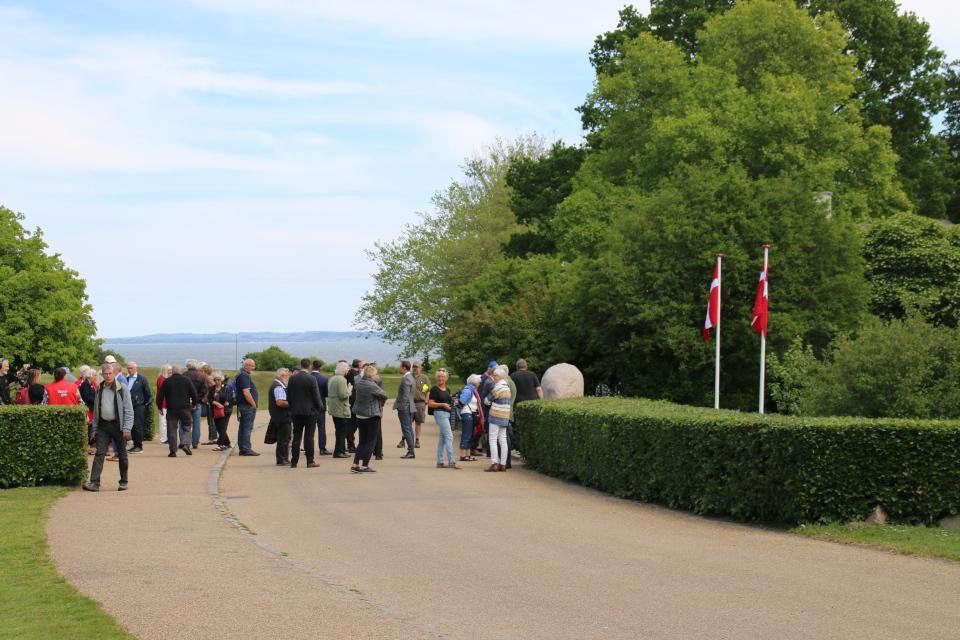 В мемориальном парке с видом на море и полуостров Мольс (Mols)