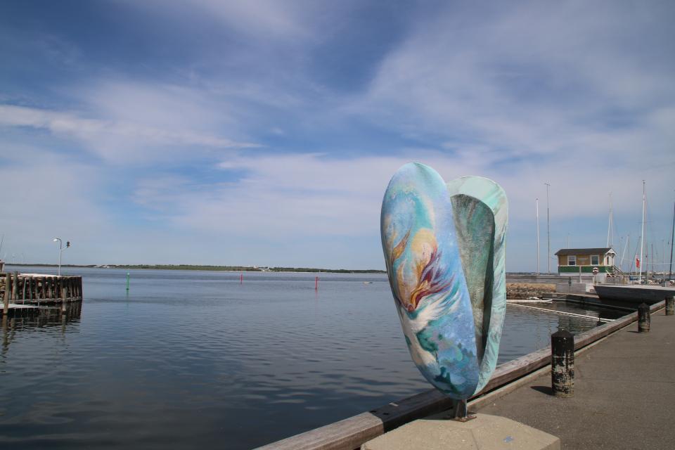 Статуя ракушки мидии возле канала Фредерика 7 - символ города Лёгстёр
