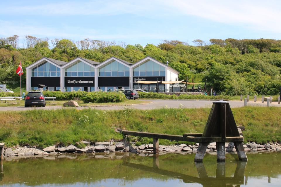 Останки старого моста. В глубине - новые помещения музея Лимфьорд, Дания