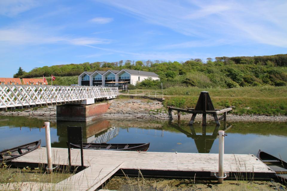 Разводной мост - справа. Слева - остатки старого деревянного моста