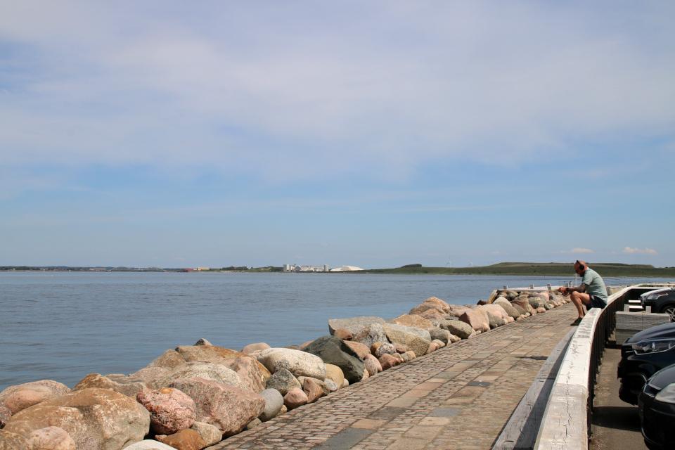 В порту с видом на известняковые кучи, ветряные мельницы и мост Аггерсунд
