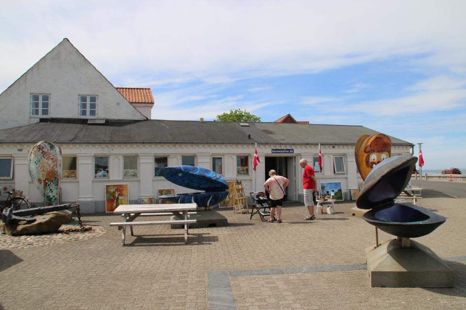 Ракушки-скульптуры возле галереи Havneatelier в портовой части города Лёгстёр