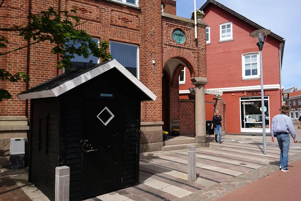 Рыбацкий домик черного цвета на пешеходной улице в центре города Лёгстёр