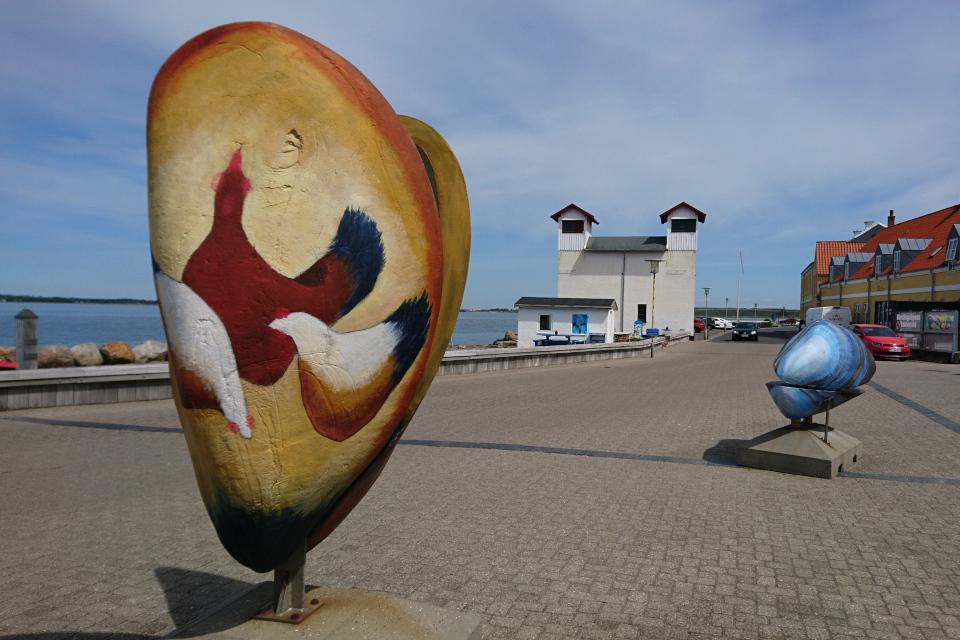 Маяк (в глубине) в порту города Лёгстёр / Løgstør, Дания. Фото 3 июн. 2020