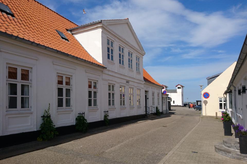 Улица Фьорда (Fjordgade). В глубине - двойной маяк. Фото 3 июн. 2020. г. Лёгстёр