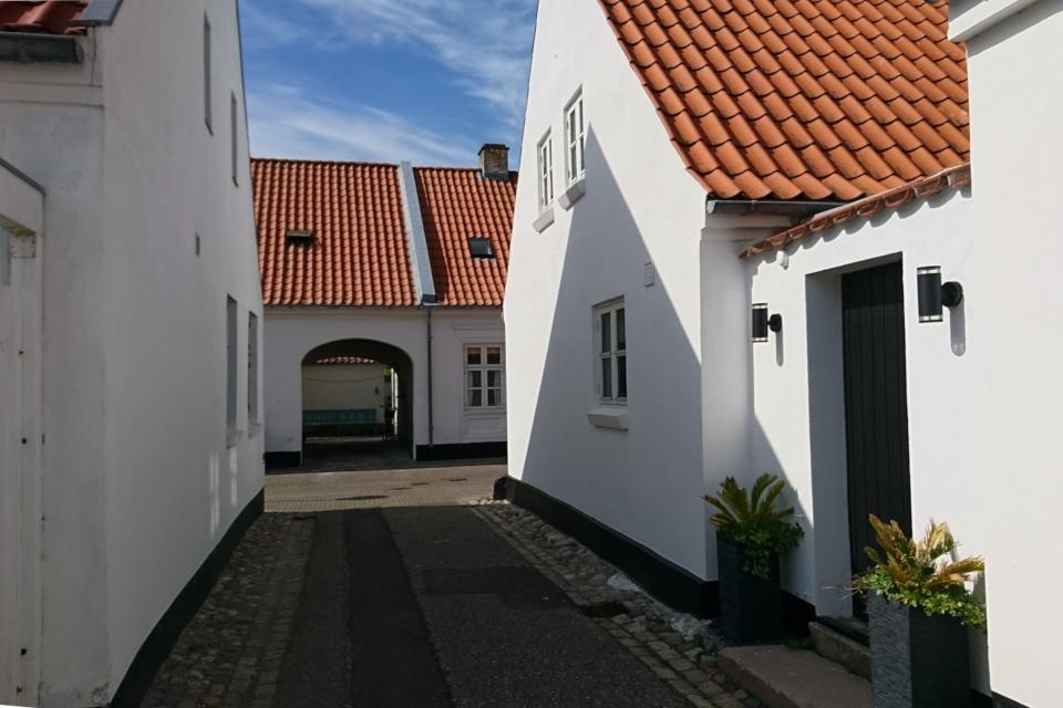 Дома с белоснежными стенами и черепичными крышами, Лёгстёр / Løgstør, Дания