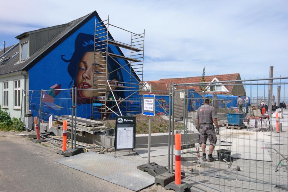 Стрит-арт возле кафетерия. Фото 3 июн. 2020. г. Лёгстёр / Løgstør, Дания