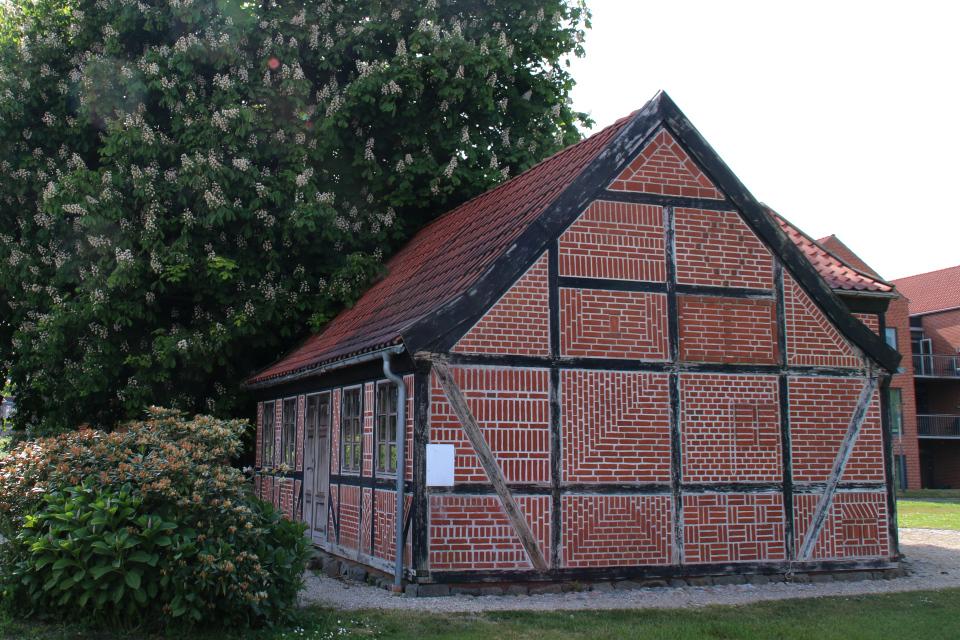 Фахверковый дом возле жилищного комплекса, г. Лёгстёр / Løgstør, Дания