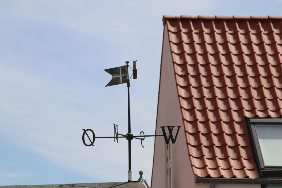 Флюгер с датским флагом и матросом с подзорной трубой на обзорной вышке