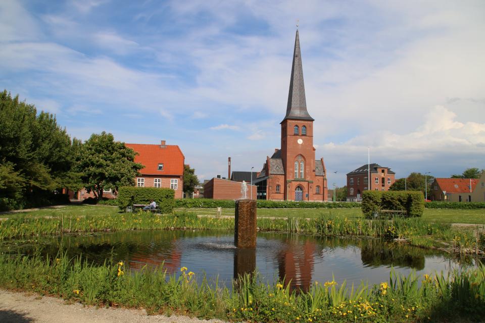 Церковь и озеро с желтыми ирисами. Фото 3 июн. 2020. г. Лёгстёр / Løgstør, Дания